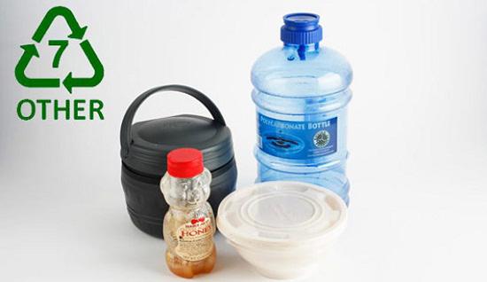 PC được sử dụng rất phổ biến, nhất là làm chai sữa, cốc dùng một lần. Sản phẩm chứa loại nhựa này có chứa BPA rất nguy hiểm, có thể phân giải ra chất gây ung thư.