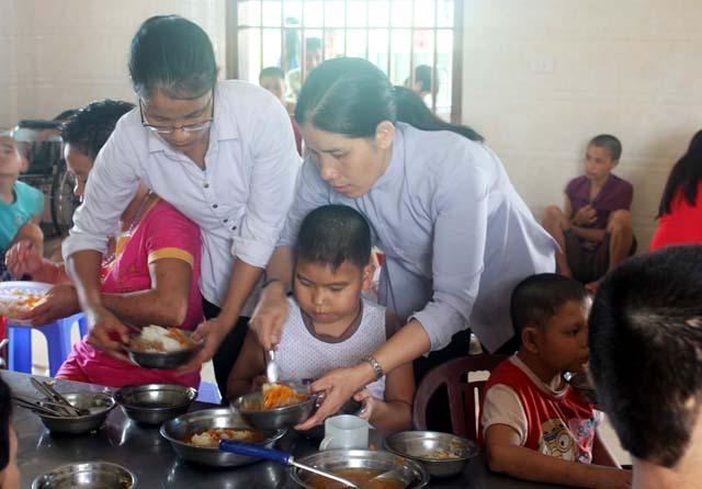 Do công việc bận rộn, anh Thịnh phải nhờ các sơ thay mình chăm sóc cho các em mỗi ngày