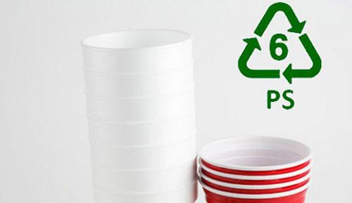 PS thường có ở các cốc uống nước, hộp xốp đựng thức ăn chỉ sử dụng một lần, tức là không tái sử dụng. Khi sử dụng ở nhiệt độ cao, các chế phẩm này thường sản sinh ra chất Styrene cực độc.