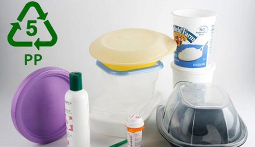 PP thường có trên nắp hoặc đáy cốc cà phê, chai sữa thường, sữa chua hoặc chai nước trái cây. Chất này thường chịu được ở nhiệt độ 167 độ C nên có thể tái sử dụng, quay trong lò vi sóng.