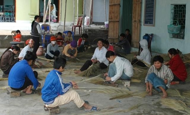 Anh Sáu đi khắp nơi học nghề về truyền đạt lại cho những người tàn tật và không có việc làm trong địa phương
