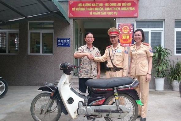 Ông Đáng bất ngờ nhận lại xe máy sau 14 năm bị mất trộm (Ảnh V.M)