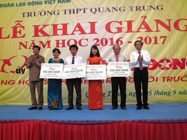 Trao nhiều phần quà trị giá hơn 2 tỉ đồng cho giáo viên và học sinh 4 tỉnh miền Trung. Ảnh: M.K