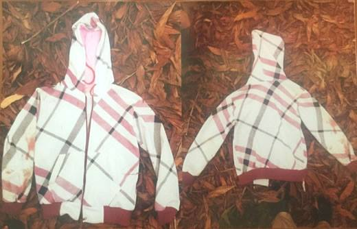 Quần áo mà đối tượng sử dụng trước và trong khi gây án là mặc áo khoác dài tay, vải ca-rô màu trắng sọc xám - đỏ đan chéo. Ảnh: C.A