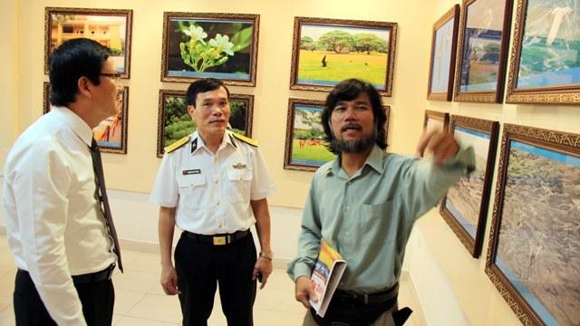 Nhà báo Hoàng Chí Hùng (phải) tại triển lãm ảnh cả nhấn về Trường Sa