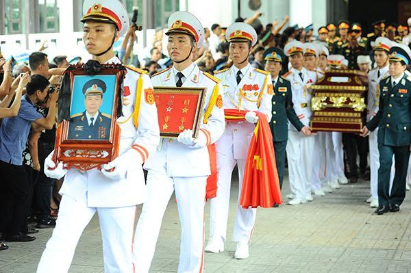 10h sáng 30/6, lễ truy điệu 9 quân nhân tổ bay CASA – 212 được tiến hành. Đi đầu là linh cữu của Đại tá Lê Kiêm Toàn, Lữ đoàn trưởng Lữ đoàn 918 (quê quán Tam Hưng, Thanh Oai, Hà Nội).