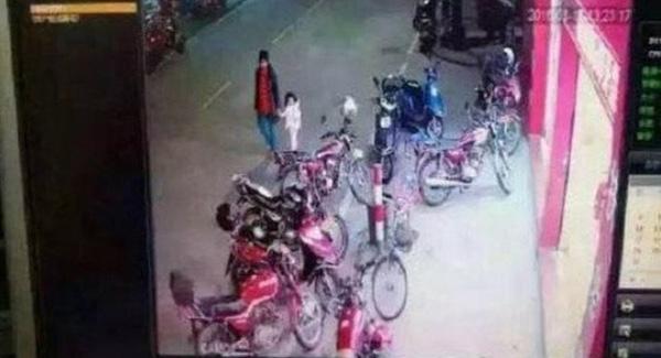 Ảnh chụp từ camera an ninh cho thấy người phụ nữ đã dẫn bé gái rời khỏi nhà. Ảnh:Huaxi Daily