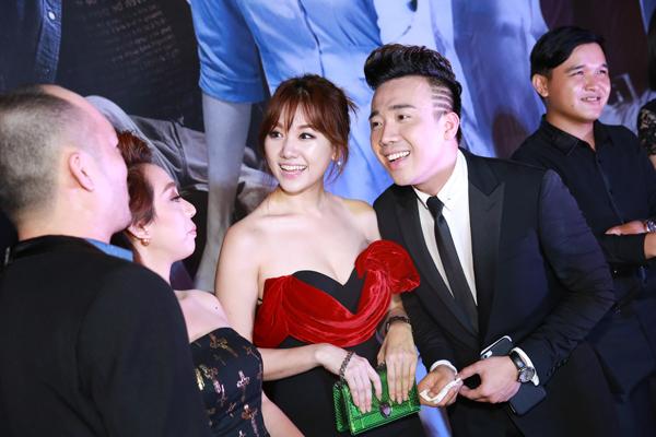 Trấn Thành và Hari Won bày tỏ sự vui sướng khi gặp lại những bạn diễn trong phim.