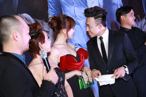 Trước mặt tất cả khách mời, Hari Won và Trấn Thành, âu yếm nhìn nhau.