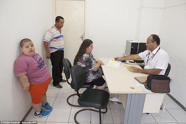 Bác sĩ thần kinh học nhi khoa Lucio Coelho Miranda nhận thấy mỗi lần đến khám, Misael lại tăng 5 kg. Ông cho rằng Misael có thể cần sự giúp đỡ về mặt y học cũng như tài chính từ các cá nhân, tổ chức bên ngoài Brazil.