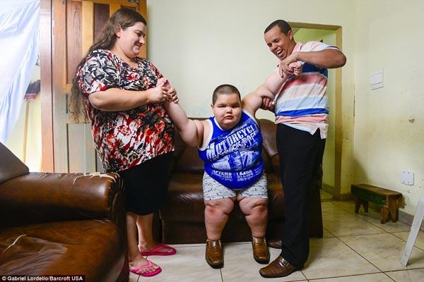 Lúc mới sinh, Misael chỉ nặng có 2,9 kg, tuy nhiên cân nặng sau khi chào đời tăng lên rất nhanh.