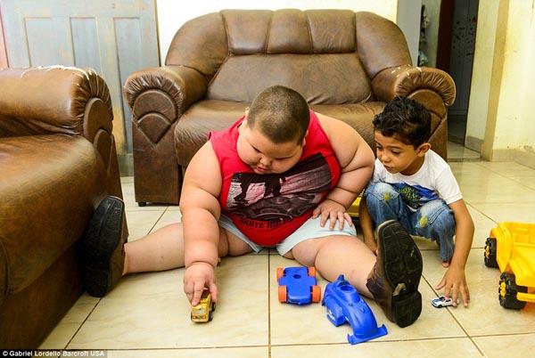 Hiện tại Misael nặng hơn 79 kg. Trọng lượng cơ thể bé vẫn tiếp tục tăng dù đang thực hiện chế độ ăn uống ít chất béo và đi bộ 40 phút một ngày. Bố mẹ cậu bé cho biết sẽ làm tất cả những gì có thể để cứu con.