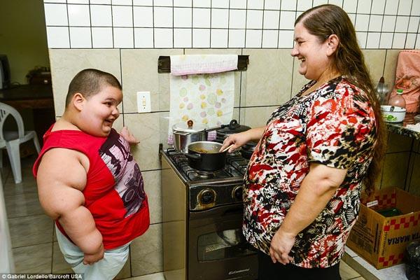 Chị Josiane de Jesus Caldogno Abreu, 37 tuổi, mẹ Misael, cho biết: Thằng bé tăng cân nhanh từ khi mới sinh, kể cả trong thời gian bú mẹ. Đến khi con được một tuổi rưỡi, vợ chồng tôi cảm thấy lo lắng. Mỗi tháng nó tăng 3 kg, và trở nên rất nặng nề. Tình trạng của thằng bé rất phức tạp. Chúng tôi biết có thể sẽ mất con bất cứ lúc nào.