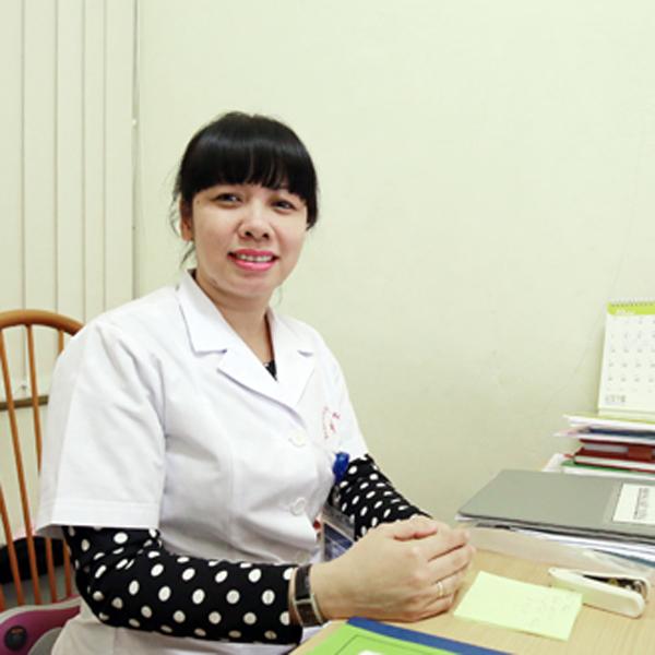Bà Trương Thị Mỹ Hà đang trao đổi với phóng viên