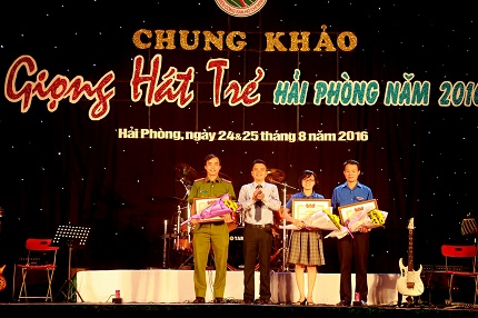 Ông Trần Quang Tường- Thành ủy viên, Bí thư Thành đoàn Hải Phòng tặng Bằng khen cho 3 đơn vị có thành tích xuất sắc trong phong trào tổ chức cuộc thi.