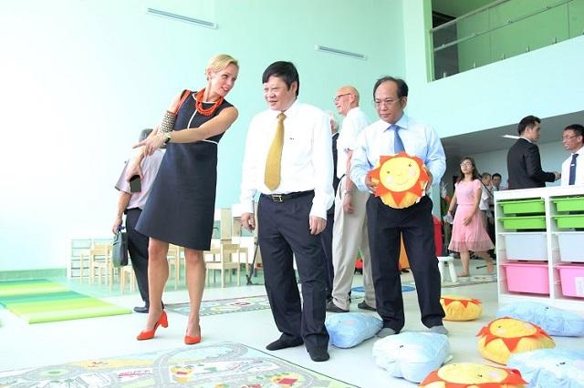 Thứ trưởng Bộ Y tế Nguyễn Viết Tiến thăm quan khu vui chơi cho trẻ em tại Bệnh viện Nhi Trung ương. Ảnh: BVCC