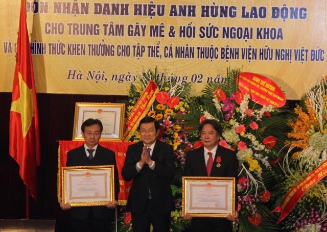 Chủ tịch nước trao tặng Huân chương lao động hạng Nhì cho GS.TS Trần Bình Giang, Huân chương lao động hạng Nhì cho TS Đỗ Mạnh Hùng.