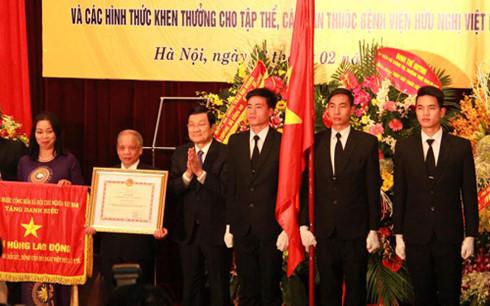 Chủ tịch nước Trương Tấn Sang trao tặng danh hiệu Anh hùng lao động cho lãnh đạo Trung tâm Gây mê và hồi sức ngoại khoa, Bệnh viện Hữu nghị Việt Đức.