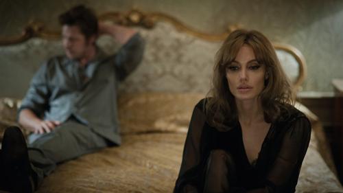 Bộ phim By The Sea do chính Angelina Jolie viết kịch bản về cuộc hôn nhân của đôi vợ chồng đang trên bờ vực tan vỡ.