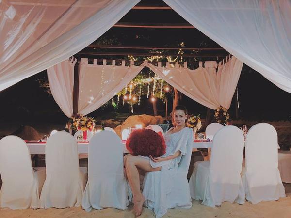 Hình ảnh này của Hồ Ngọc Hà khiến người ta nghĩ đến một màn cầu hôn lãng mạn.