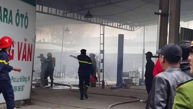 Công tác cứu hộ, dập lửa được triển khai tích cực.