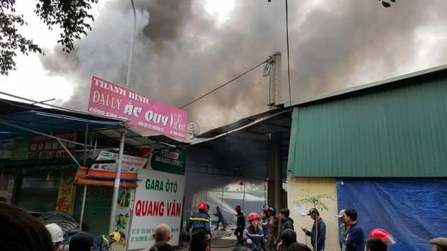 Đến khoảng 11h20, đám cháy đã được khống chế.