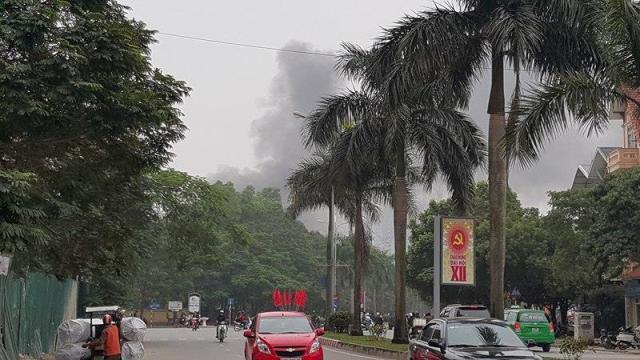 Từ phía đường Nguyễn Khuyến (Hà Đông), người dân đã phát hiện khói lớn bốc ra từ phía chợ Xanh.