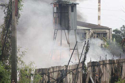 Gần 2000 khách hàng mất điện do cháy Công ty nhựa. Ảnh: ML