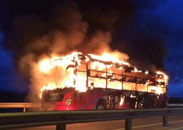 Chiếc xe khách giường nằm bốc cháy dữ dội. Ảnh: CTV