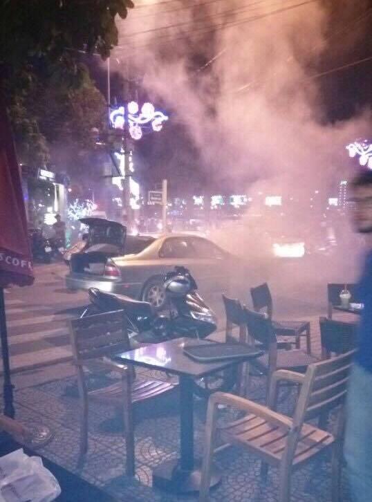 Nhiều khách uống cà phê gần đó bỏ chạy khi phát hiện xe ô tô bốc khói và cháy dữ dội. Ảnh: N.Nhân