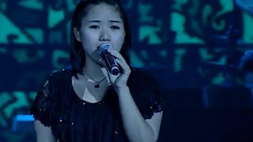 Thùy Chi giản dị trên sân khấu vào năm 2012.