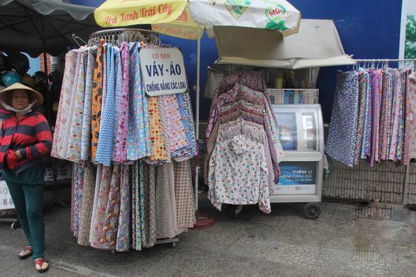 Tiệm bán đồ chống nắng trên đường Võ Thị Sáu.