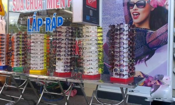 Tương tự, các loại kính râm cũng được quảng cáo rầm rộ về khả năng chống tia UV