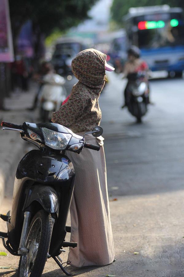 Các chị em đều chuẩn bị sẵn mọi phụ kiện chống nắng từ đầu đến chân khi ra đường.