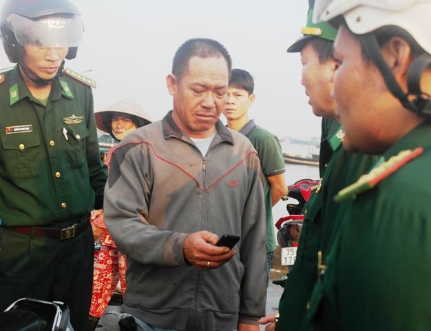 Chủ tàu Trương Viết Rơ trình bày sự việc với lực lượng Biên phòng.