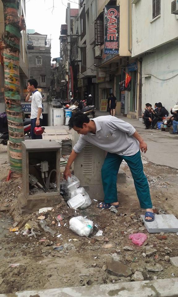 Hộp kỹ thuật lộ thiên, mất nắp trên đường Nguyễn Trãi. Ảnh: HP
