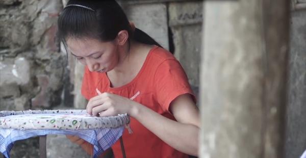 Thêu thùa vừa là thú vui, vừa là công việc kiếm thêm thu nhập phụ giúp mẹ (ảnh nhân vật cung cấp).