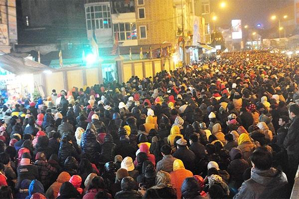 Hàng nghìn người ngồi ra cả ngoài đường để làm lễ giải hạn mỗi dịp đầu năm ở Hà Nội . Ảnh: Tuệ Ân