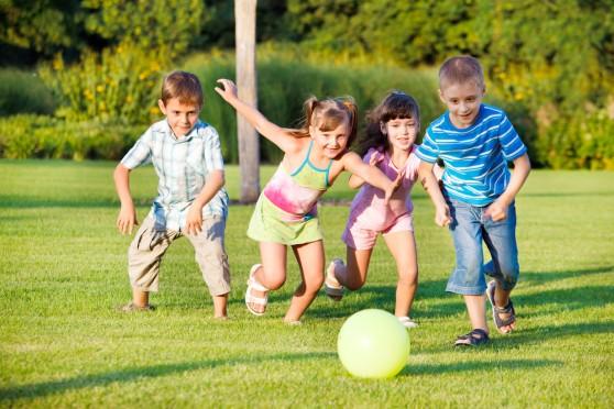được học hành, vui chơi, được bảo vệ - quyền của tất cả trẻ em. Ảnh: T.L