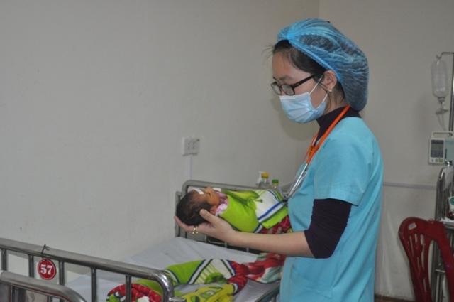 Theo thống kê của Bệnh viện Sản - Nhi Nghệ An, hiện 10% các ca sinh đẻ cần có sự can thiệp của cán bộ y tế và 1% cần hồi sức chuyên sâu. Ảnh: Hồ Hà
