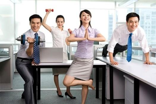 Theo các bác sĩ, không nên ngồi một chỗ liên tục, thỉnh thoảng trong lúc làm việc phải có quãng nghỉ để vận động cơ thể. Ảnh minh họa