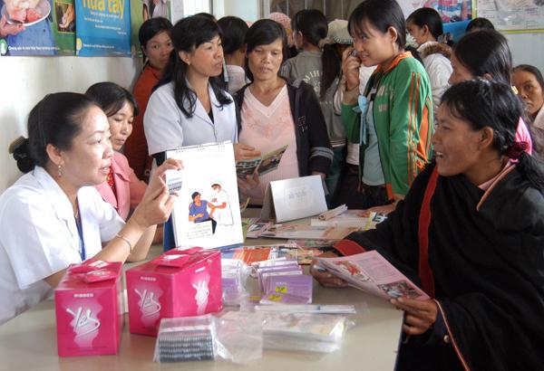 Tư vấn sàng lọc trước sinh, sơ sinh cho người dân tại Chiến dịch Chăm sóc sức khỏe sinh sản do ngành Dân số tổ chức. Ảnh: PV