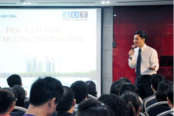 """Ông Hải (đứng) trong một lần thuyết trình về """"học làm giàu"""". Ảnh: TL"""