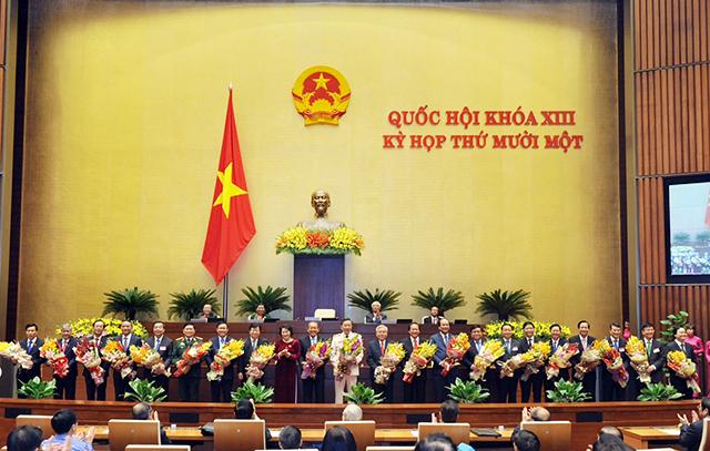 Các thành viên Chính phủ nhận hoa chúc mừng từ Chủ tịch Quốc hội Nguyễn Thị Kim Ngân. Ảnh: chinhphu.vn