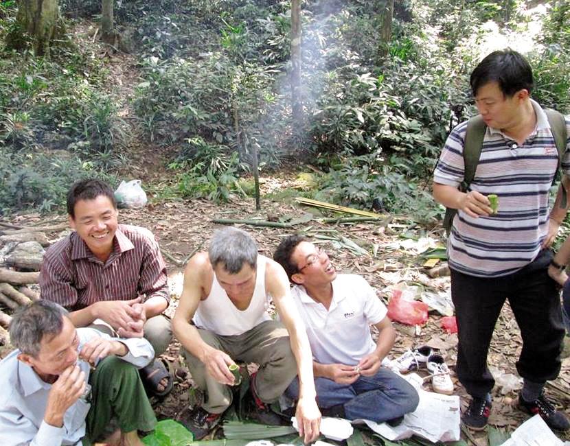"""Người dân nghỉ ngơi, ăn dọc đường trong hành trình lên núi tìm """"thảo dược"""". Ảnh: Nhật Tân"""