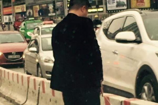 """""""Xả"""" ngay giữa đường đang là chuyện thường thấy ở nhiều tuyến phố Hà Nội"""