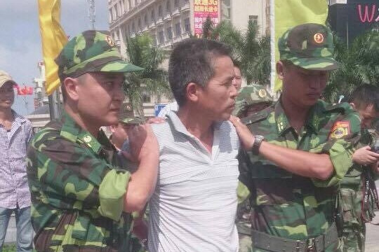 Đối tượng Tùng bị bắt giữ và di lý về Việt Nam. Ảnh: TL