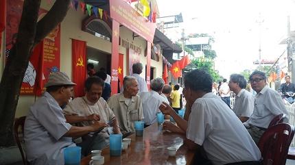 Ngay từ 6 giờ 30 ngày 22/5, các cử tri khu vực phường Thành Tô(quận Hải An) đã rời nhà đến điểm bầu cử bỏ lá phiếu của mình. Ảnh: TV