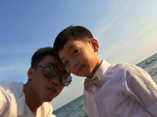 Bức hình Cường chụp cùng con trai được đăng vào thời điểm Hà Hồ đang đi chơi Thái Lan cùng bạn trai đại gia.