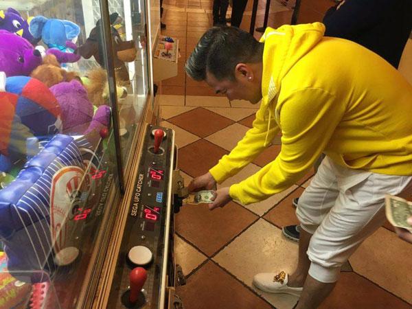 Không chỉ dành thời gian cho việc nhận show, shopping mà Đàm Vĩnh Hưng còn tranh thủ giải trí sau những giờ làm việc căng thẳng.